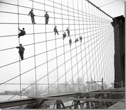Pintores encaramados en el puente de  Brooklyn, 1914